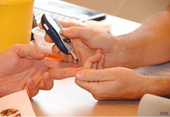 糖尿病患者泡澡的注意事项,少吃半碗米饭对控制血糖更有利